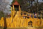 Děti si užívají nového hřiště.