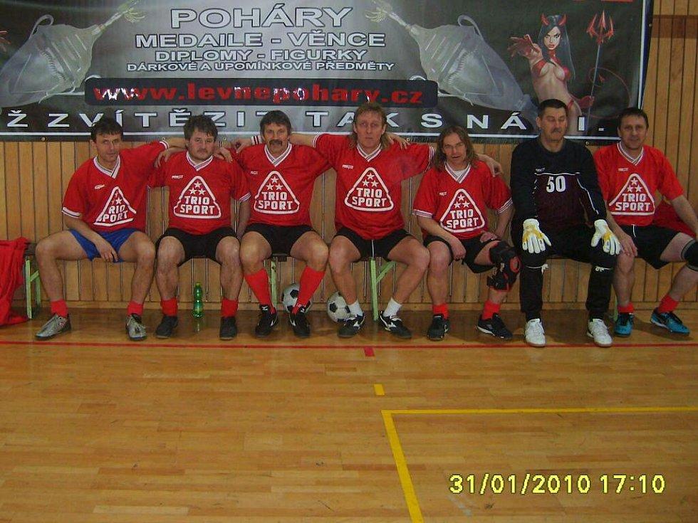 TRIOSPORT (6. místo). Zleva sedí: Josef Sluštík, Alexandr Causidis, Vlastimil Lepík, Lubomír Pastorek, Tomáš Štochl, Jindřich Volný, Tomáš Nogol.