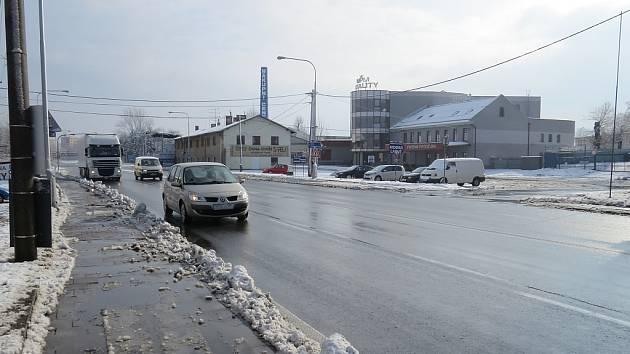 Přes hlavní tah městem projedou tisíce vozidel denně. Na malém parkovišti (na snímku vpravo) poblíž místeckého marketu Tesco bude v pátek shromáždění na podporu stavby obchvatu.
