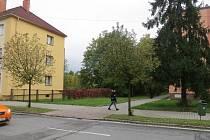 Pozemek, na kterém má obávaný komplex stát, se nachází za budovou se žlutou fasádou.