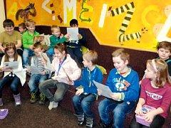 Při pasování děti také slíbily, že se ke knížkám budou hezky chovat a nebudou je ničit.