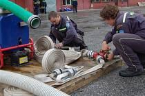 Před samotnou soutěží se musí připravit technika. Na snímku jsou dobrovolní hasiči z Místku–Bahna.