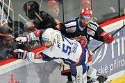 Finále play off hokejové extraligy - 2. zápas: HC Oceláři Třinec vs. HC Kometa Brno, 15. dubna 2018 v Třinci. (vlevo) Hruška Jan a Linhart Tomas.