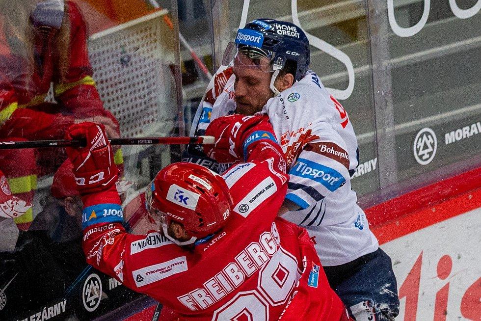 Finále play off hokejové Tipsport extraligy - 1. zápas: HC Oceláři Třinec - Bílí Tygři Liberec, 18. dubna 2021 v Třinci. Zleva Ralfs Freibergs z Třince a Ondřej Vitásek z Liberce.