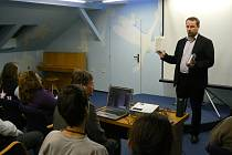 Ministr průmyslu a obchodu Martin Říman v Městské knihovně minulý týden uvedl promítání britského dokumentárního filmu Velký podvod s globálním oteplováním.