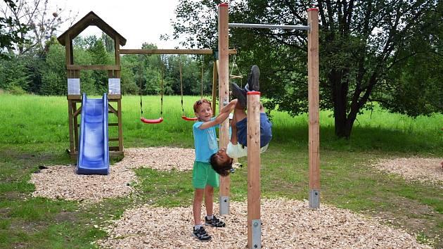 Děti si již hrají na novém hřišti.