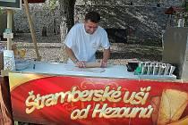 Návštěvníci měli také na Hukvaldech možnost zhlédnout tradiční výrobu štramberských uší. Ladislav Hezký těsto napřed vyválel válečkem a nezbylo, než vykrajovat.