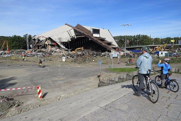 Říjen 2013.Lidé snostalgií sledovali, jak se bagry zakusují do slavné stavby. Mnozí znich si demolici fotografovali.