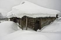 Zima v Hrčavě může být pohádková, ale řidiči autobusů se neobejdou bez motorové pily.