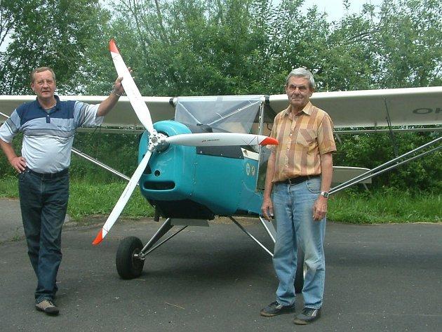 Hlavní kostruktér Jan Jendřejas (vpravo) může být se svým kolegou Jiřím Čvandou na zhotovené letadlo právem pyšný.