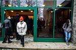 Lidé přišli do smuteční síně na centrální hřbitov ve Frýdku-Místku, kde proběhlo poslední rozloučení se zpěvákem Davidem Stypkou, 15. ledna 2021 ve Frýdku-Místku.