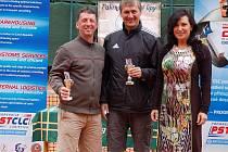 Ve čtyřhře nad 40 let skončili na bronzovém stupínku Zdislav Csepcsar (vlevo) s Liborem Kolářem. Cenu jim předala třinecká starostka Věra Palkovská.