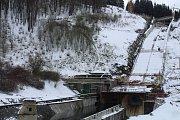 Železobetonový skluz je hotov ze zhruba devadesáti procent včetně vybudované dělící stěny ve vývaru, tedy korytě, které vypouští vodu. Stěna umožní práce na rozšíření levé strany vývaru s novým napojením na koryto toku.