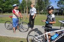 Policisté dětem na dopravním hřišti připomínali, že jízda bez cyklistické helmy je nebezpečná.