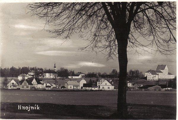 Pohled na Hnojník od jihozápadu vroce 1938.Vlevo kostel, který je dominantou obce.