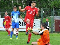 Třinečtí fotbalisté (v červeném) se s fanoušky rozloučili vysokým vítězstvím 4:0 nad Prostějovem.