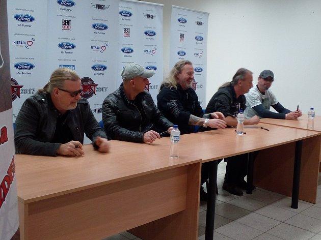 V pátek 3. listopadu se v třineckém velkém Tescu konala autogramiáda skupiny Kabát.