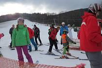 Lyžaři a snowboardisté vyrazili o víkendu na sjezdovky. Dobré podmínky panovaly hlavně v sobotu v ranních hodinách – platilo, že kdo si přivstal, nelitoval.