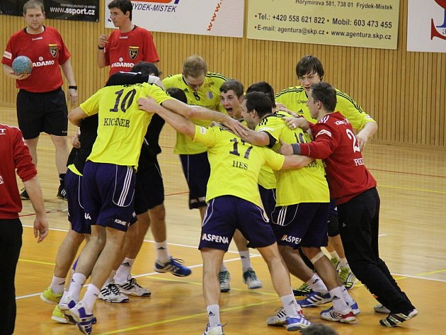 Házenkáři Frýdku-Místku zdolali v důležitém domácím zápase celek Kopřivnice 33:29, čímž dosáhli na první vítězství v letošní sezoně.
