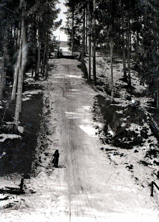 V roce 1933 vznikl v Hrádku sportovní lyžařský oddíl Beskid ślaski. V únoru 1935 se slavnostně otevřel v lese Vujtov skokanský můstek. 7. února 1937 se zde konaly závody ve skoku na lyžích. Nejdelším skokem dlouhým 46 metrů se pyšnil Jedrzej Marusarz ze Z