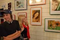 Mezi vystavenými pracemi v Galerii v Podloubí nad knihkupectvím Lev Bílek jsou i obrázky Marka Biroše a Terezy Markové.