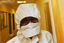 Ilustrační foto. Lékař z Masarykovy nemocnice v Ústí nad Labem, kde leží pacienti nakažení koronavirem.