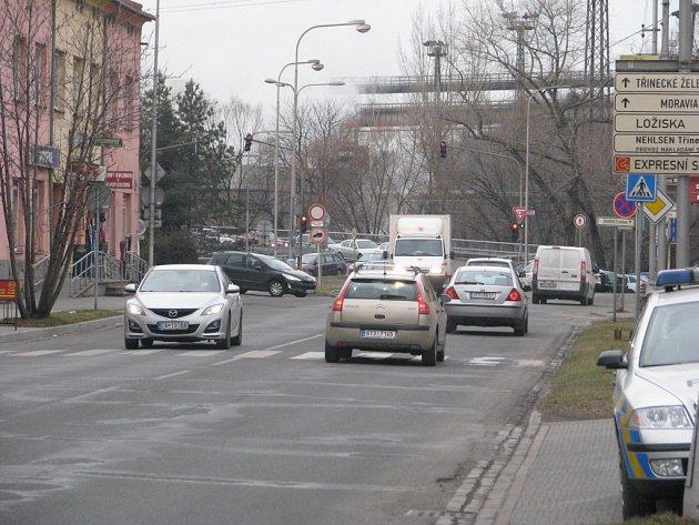 Frekventovaná ulice 1. máje v Třinci slouží řidičům i k tomu, aby se dostali k nadjezdu do železáren.