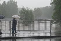 Řeka Ostravice ve Frýdku-Místku v pondělí pře polednem.