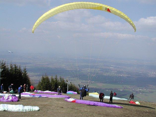 Ve dnech, kdy jsou příznivé povětrnostní podmínky, jsou na Javorovém vrchu desítky rekreačních pilotů.
