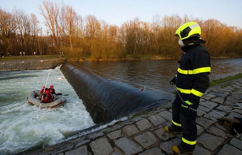 Do pátrací akce po mužích, kteří se v pátek 2. dubna 2021 topili v řece Ostravici ve Frýdlantu nad Ostravicí, se zapojili hasiči, policisté i vojáci.