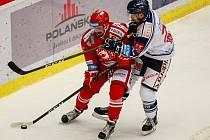 Pardubický útočník Rostislav Marosz (v červeném) ještě v dresu třineckého klubu.
