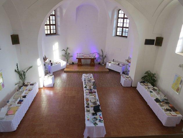V opravené části starého jablunkovského mohou lidé vidět stovky Biblí a křesťanských knih.