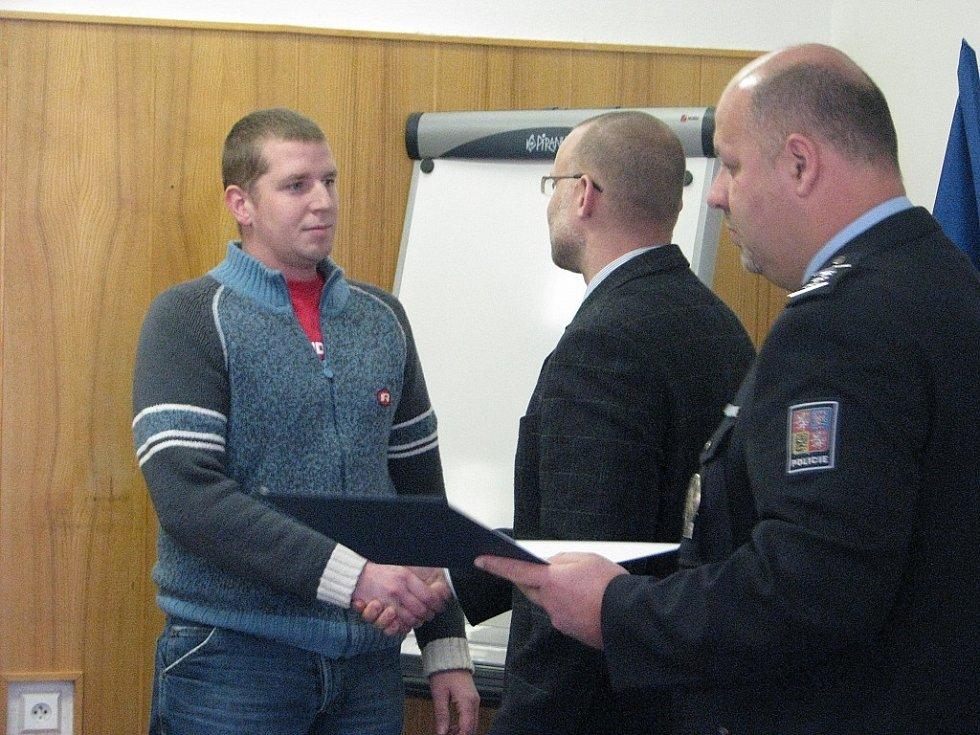 Policie dnes 7. ledna 2009 ocenila muže, který zadržel dva pachatele ve Frýdku-Místku.