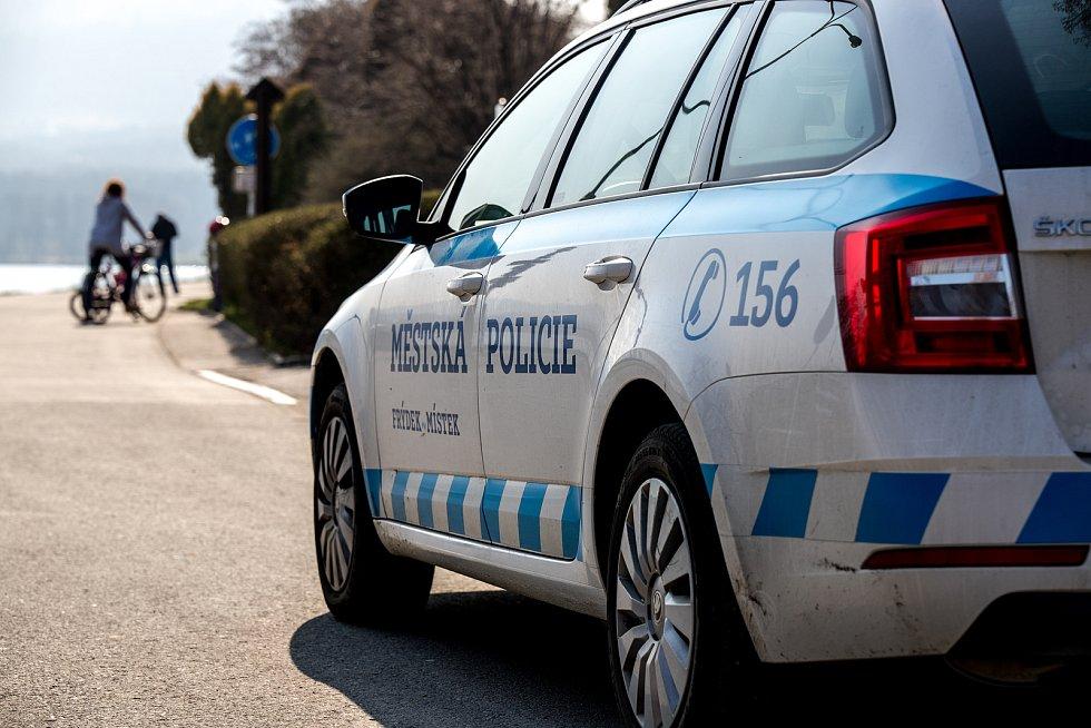 V lokalitě přehrady Olešná na dodržování vládních nařízení dohlíží městská policie, 28. března 2020 ve Frýdku-Místku.