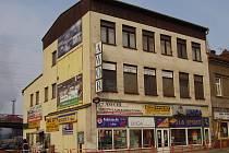 Budoucí sídlo firmy má vzniknout v domě na snímku. Budova z 30. let 20. století se nachází na křižovatce ulic 1. máje a ulice Frýdecké, naproti autobusového nádraží.