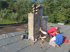 Hasiči zachraňovali muže na střeše v Raškovicích.