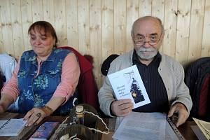Milan Pastrňák čte ze svého almanachu na schůzce literátů.