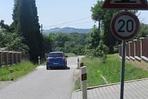 Dopravní značení upozorňuje na to, že se motoristé blíží k retardéru. Mají proto ubrat nohu z plynu. Podle vedení obce zvýšily zpomalovací pruhy bezpečnost.