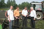 Radomír Myška (sportovní ředitel Fotbalu FM), Michal Pobucký, Petr Cvik (náměstci primátorky), Jan Bazgier (ředitel a předseda představenstva Lesostavby FM a.s.)