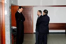 Obžalovaní Roman Cymorek a Jaroslav Šlehofer (zleva) debatovali v úterý před soudní síní se svým obhájcem.