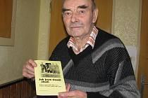 Bohuslav Koláček s knížkou Jak jsem sloužil vlasti.