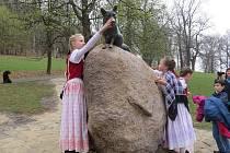 Nová socha lišky Bystroušky už je na svém místě v hukvaldské oboře. Slavnostně byla odhalena v pátek 8. 4. 2016 dopoledne.