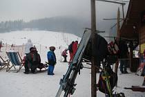 V okrese Frýdek-Místek jsou jarní prázdniny, tak děti jezdí lyžovat například do Pstruží.