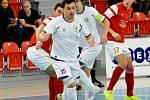 Šlágr kola nakonec vítěze nepřinesl. Druholigoví futsalisté Třince (bílé dresy) v domácím prostředí remizovali s prvním Jeseníkem 2:2.