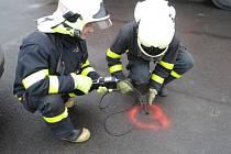 Hasiči při měření koncentrace metanu v okolí paskovské celnice.