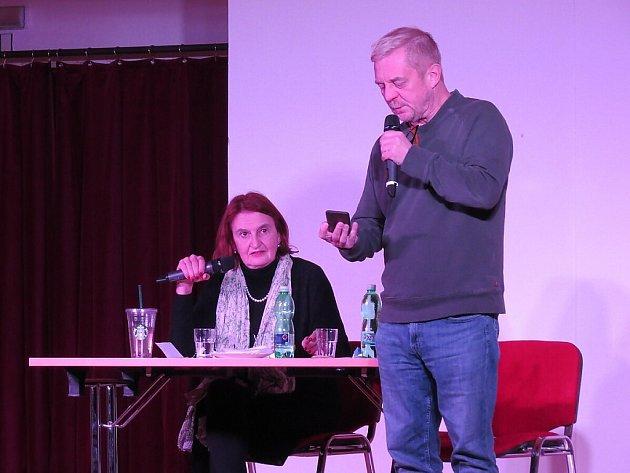 Talk-show s názvem Zůstane to mezi námi Evy Holubové a Petra Čtvrtníčka.