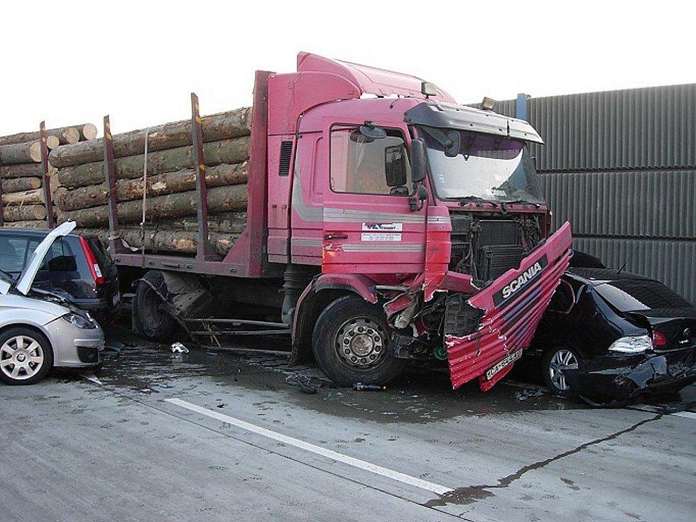 Hromadná nehoda se udála na hlavní silnici u Jablunkova.