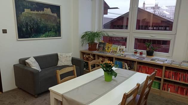 Knihovna v Hukvaldech během pandemie zkrásněla. Zdejší knihovnice Markéta Kološová většinu čtenářů zná a některým knihy rozváží do jejich domovů.
