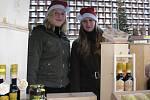 Ve stánku s medem a medovými likéry vypomáhaly dvě šestnáctileté dívky z Nýdku, Monika Czyžová (vlevo) a Gabriela Radvanská.