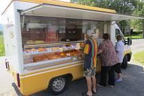 Pojízdné prodejny v minulosti takřka vymizely. Lidé v Lubně si obchod na kolech pochvalují.